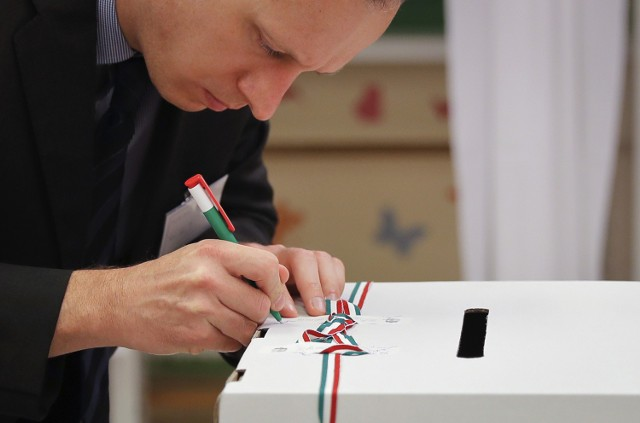 Węgrzy poszli o urn. Głosowali w referendum. Wypowiadają się w sprawie obowiązkowych kwot relokacji uchodźców.