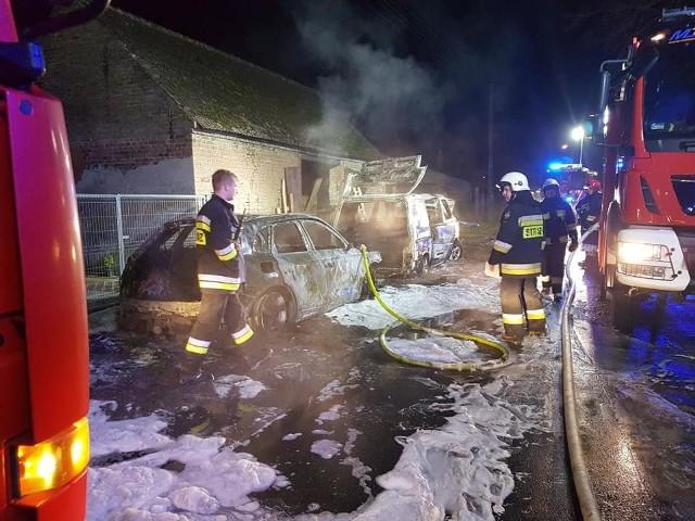 """Do zdarzenia doszło w nocy (4 lutego), około godz. 2, w Gajewie, w powiecie gorzowskim. Po godz. 2 strażacy dostali zgłoszenie o palących się samochodach w miejscowości Gajewo. Na miejsce przyjechały zastępy ochotniczej straży pożarnej z Lubiszyna, Ściechowa, Lubna oraz JRG z Gorzowa. Dojechała też policja. Paliły się tam dwa samochody: volkswagen bus T4 i audi Q6. Dodatkowo pożar rozprzestrzeniał się na drewniane drzwi od budynku gospodarczego. Pożar szybko udało się opanować i ugasić. Jednak oba samochody spłonęły doszczętnie.Akcja zakończyła się około godziny 03:30.Przyczynę oraz okoliczności pożaru będzie wyjaśniać policja. Nieoficjalnie wiadomo, że prawdopodobną przyczyną mogło być podpalenie.Byłeś świadkiem wypadku, pożaru lub innego zdarzenia? Stoisz w korku lub masz informację o innych utrudnieniach na drodze? Poinformuj nas o tym! Wyślij nam zdjęcia lub nagranie z miejsca zdarzenia. Możesz to zrobić przez stronę """"Gazety Lubuskiej"""" na Facebooku facebook.com/gazlub/ lub mailem na adres glonline@gazetalubuska.plMożesz też skontaktować się z nami dzwoniąc na nr 68 324 88 16.Zobacz też: Pożar byłego przedszkola w Słubicach. Znaleziono dwa zwęglone ciała<script async defer class=""""XlinkEmbedScript""""  data-width=""""640"""" data-height=""""360"""" data-url=""""//get.x-link.pl/a7eea2b8-b94a-1bf9-decc-22ebcc88dd26,c7dce750-7bf2-e82c-9519-80068a3e87ed,embed.html"""" type=""""application/javascript"""" src=""""//prodxnews1blob.blob.core.windows.net/cdn/js/xlink-i.js?v1"""" ></script>"""