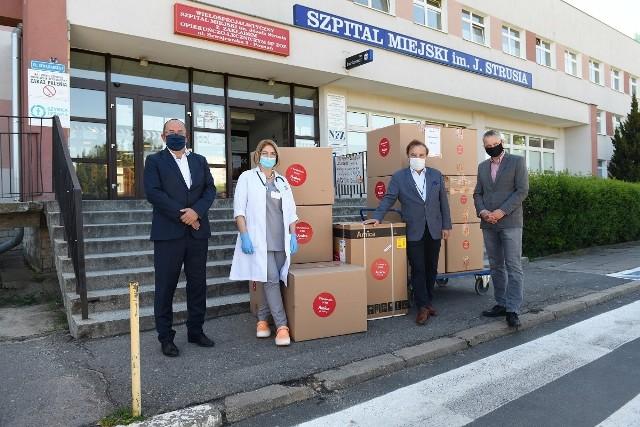 Szpital przy ul. Szwajcarskiej jest jedną z kilkunastu instytucji w Wielkopolsce wspartych przez firmę. Już ponad miesiąc temu Grupa Amica przekazała pierwszemu szpitalowi w regionie wyznaczonemu dla zakażonych koronawirusem 200 tys. zł na leczenie chorych oraz minimalizowanie ryzyka zakażenia personelu oraz pacjentów.