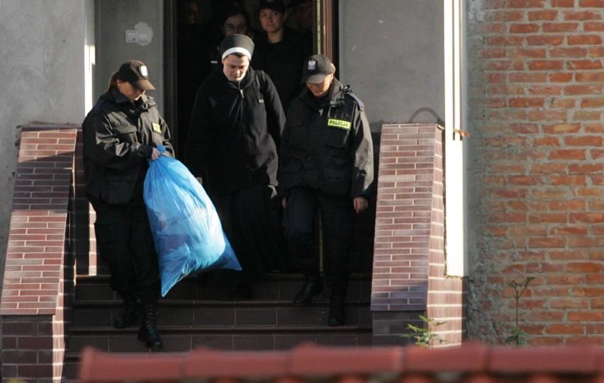 Setka policjantów, pogotowie i ślusarz w akcji. Zbuntowane betanki w Kazimierzu Dolnym siłą eksmitowane z okupowanego klasztoru