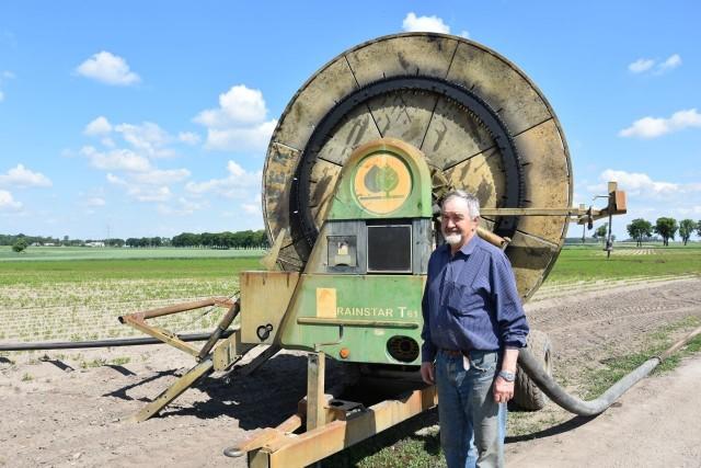 """Sławinowscy zaczynali gospodarować w Sierakowie w bardzo trudnym okresie. Poradzili sobie. Teraz też nie narzekają, chociaż w produkcji warzyw bywa różnie.Młodzi małżonkowie - Małgorzata i Eligiusz Sławinowscy - zapragnęli zostać rolnikami. Wiedzę już mieli, bo  studiowali rolnictwo. W 1981 roku kupili 23 hektary w Sierakowie (gm. Jeziora Wielkie, powiat mogileński). Nie był to najlepszy okres na uruchamianie gospodarstwa. - To był bardzo trudny czas - przyznaje pan Eligiusz. - Przecież akurat w tamtym roku rozpoczął się stan wojenny.Pustki w sklepach, magazynach, nie można było się swobodnie przemieszczać, a oni urządzali swoje gospodarstwo.  Najpierw postawili na hodowlę owiec. - Mieliśmy merynosy i suffolki - wspomina gospodarz. - My nie sprzedawaliśmy owiec ani na wełnę, ani na mięso, bo mieliśmy zwierzęta hodowlane - dodaje gospodarz. W tamtych czasach mówiło się, że """"kto ma owce, ten ma co chce"""". - To był bardzo opłacalny kierunek produkcji - mówi pan Eligiusz. - Owce dawały nam drugie tyle, co produkcja roślinna z tych siedemnastu hektarów. Niestety i dla hodowli owiec nastały trudniejsze czasy. - Mieliśmy te zwierzęta tylko do lat dziewięćdziesiątych - przyznaje gospodarz. - Potem przestawiliśmy się na produkcję roślinną."""