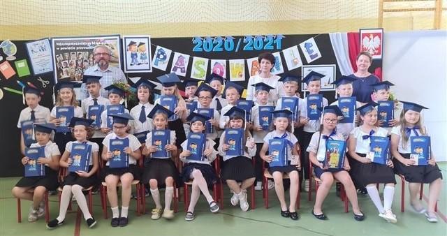 Pierwszaki z Publicznej Szkoły Podstawowej numer 2 w Przysusze - już po ślubowaniu.