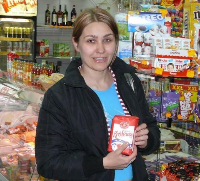 Monika Maleszewska kupowała dzisiaj cukier w delikatesach przy ulicy Targowej w Kielcach już po 6 złotych za kilogram. Fot. Mateusz Kołodziej