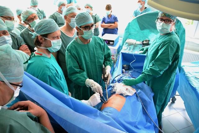 Hiszpan Diego Gonzales-Rivas (z lewej) podczas wczorajszej operacji pokazywał, jak przez mały otwór można usunąć raka