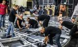"""Montaż nowej sceny obrotowej w Operze Nova. Już w ten weekend """"Zniewolony umysł"""" będzie na obrotach! [zdjęcia]"""