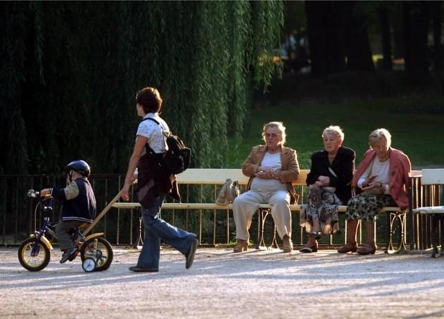 """Nowy wiek emerytalnych dla chętnych. Na czym polega?Pomysł zmian w emeryturach i wprowadzenia emerytur stażowych popiera """"Solidarność"""". Andrzej Duda wspomniał o emeryturach stażowych w wywiadzie dla """"Wprost"""". Emerytury miałyby zależeć od stażu pracy. Byłoby to 35 lat dla kobiet i 40 dla mężczyzn). Obecnie w Polsce od 2017 roku obowiązuje minimalny wiek emerytalny - 65 lat dla mężczyzn i 60 dla kobiet).Czytaj dalej na kolejnym slajdzieZobacz równieżDramatyczny wypadek na al. Jana Pawła II. Zderzyło się siedem samochodów. Kierowca bmw zatrzymanyŁódź: Policyjny radiowóz na rondzie Sybiraków potrącił starszego pana na pasach! Kierujący radiowozem został... pouczony!Marsz o Wolność w Radomsku. """"Nie chcemy tej wojny""""Te meble i sprzęty na pewno mieliście dawniej w mieszkaniach. Obraz z jeleniem, serwis w witrynie, emaliowane garnki. Dziś: vintage"""