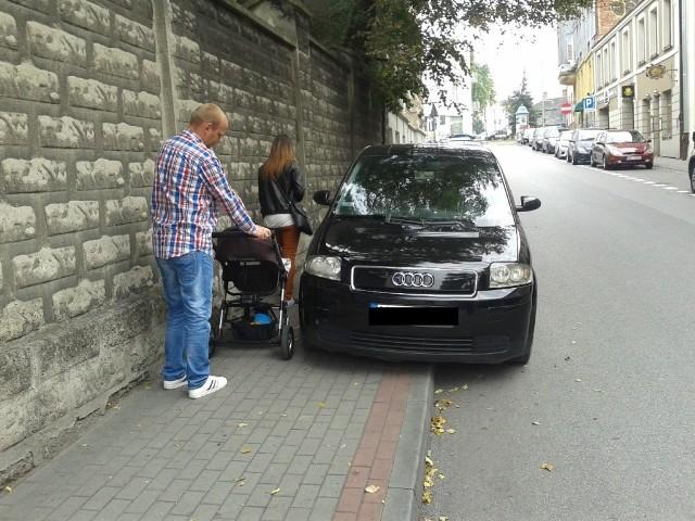 Ul. Mościckiego – Parkowanie na chodniku, całkowity brak przejścia – Możliwa do zastosowania grzywna w postaci mandatu karnego – 100 zł i 1 pkt karny.