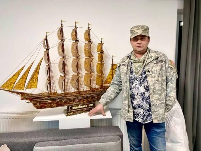 Tomasz Ołdziejewski , bursztynnik ze Sztutowa wykonał już z około 40 kg bursztynu model Titanica.