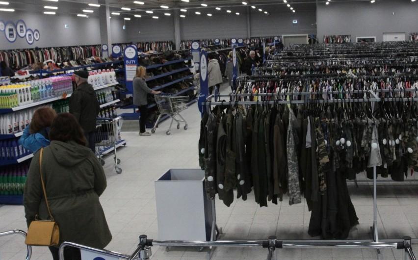 fe1aa3d6849026 Podczas pierwszego dnia sprzedaży były tłumy. Ludzie najczęściej  przymierzali spodnie oraz bluzki.