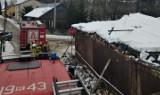 Pod śniegiem zawalił się dach na starym domu w Rudniku nad Sanem. Interweniowali strażacy (ZDJĘCIA)