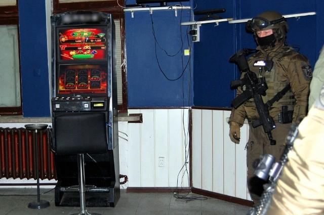 Funkcjonariusze Krajowej Administracji Skarbowej zlikwidowali w Łomży nielegalny salon gier hazardowych