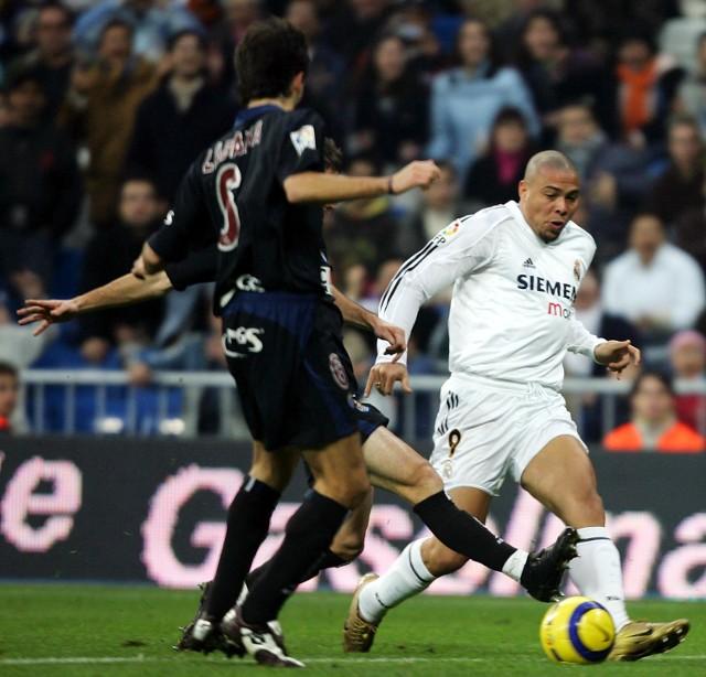 """Mimo nadwagi Brazylijczyk Ronaldo (z prawej) zdołał wpaść w pole karne Realu Sociedad i uzyskać """"jedenastkę"""", która dała jego Realowi Madryt cenne zwycięstwo."""