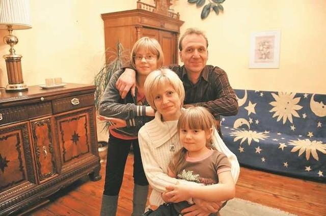 Rodzina Muszyńskich - Iwona i Andrzej z córkami Dagmarą i Darią - najlepiej czują się w swoim domu z klimatem, który tworzą m.in. stare meble