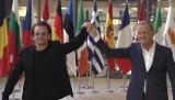 """Bono spotkał się z Donaldem Tuskiem. Wspólne zdjęcie pod plakatem z napisem """"Konstytucja"""""""