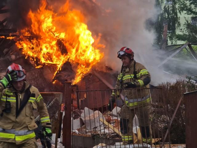 We wtorek tuż po południu doszło do wielkiej eksplozji na Mokrem w Toruniu. Jeden z domów przy ul. Wybickiego niedaleko Galerii AMC wyleciał w powietrze.Siła eksplozji była tak duża, że w kilku okolicznych budynkach wyleciały szyby, a nawet całe okna. Zostało też uszkodzonych kilka pojazdów.Strażacy gaszą pożar i przeszukują gruzowisko. Jak dotąd nie ma informacji o ewentualnych ofiarach. Okoliczni mieszkańcy mówią, że dom ostatnio nie był zamieszkany.Do zdarzenia zadysponowano 19 zastępów PSP, w tym SGRP z JRG Chełmża i SGPR z Gdańska. Na tą chwilę brak informacji o osobach poszkodowanych. Policja ewakuowała około 70 osób z pobliskich budynków.Ewakuowani zostali przewiezieni autobusami MZK do obiektów Miejskiego Ośrodka Pomocy Rodzinie.