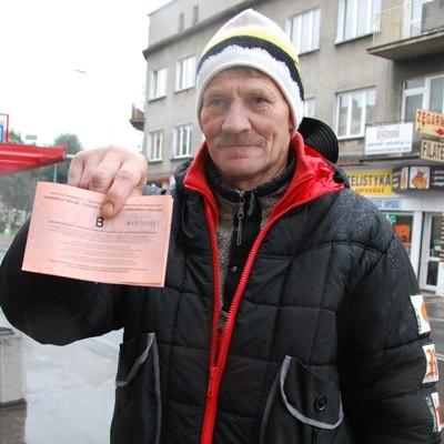 - Kontrolerka wlepiła mi karę, bo miałem dowód rejestracyjny wydany w Belgii - mówi Lech Ciborowski z Juchnowca