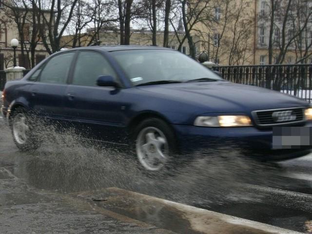 W deszczowe dni, niektórzy kierowcy szarżują, ochlapując wodą przechodniów.