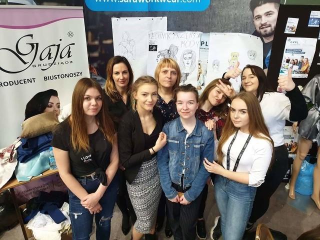 Uczniowie Technikum Przemysłu Mody w Grudziądzu zachęcają, aby młodzi pasjonaci mody dołączyli w ich szeregi.
