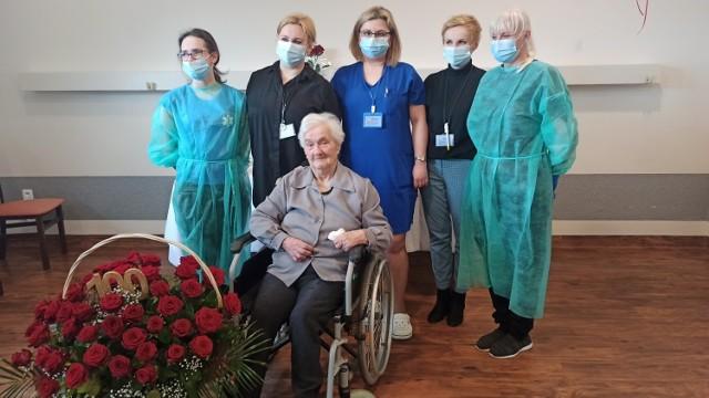 Pani Agnieszka Gulcz pokonała koronawirusa, a teraz świętuje setne urodziny.
