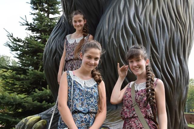 Nowa Sól, Park Krasnala, 21 lipca 2019 r. Na zdjęciu: Kamila, Agata i Anna Przybył.