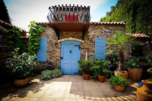 Ogrody Kapiasów w Goczałkowicach Zdroju w lipcu najpiękniejsze są w ogrodzie romantycznym i zaułku śródziemnomorskim. Zobacz kolejne zdjęcia. Przesuwaj zdjęcia w prawo - naciśnij strzałkę lub przycisk NASTĘPNE