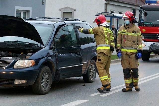 Pierwszej pomocy udzielili strażacy, którzy przyjechali na miejsce wypadku. Potem mężczyzna został zabrany przez pogotowie do szpitala