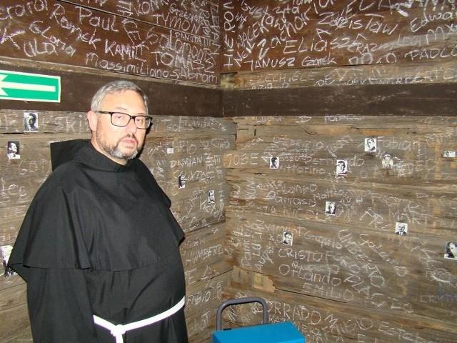 Franciszkanin o. Piotr Cuber, gwardian klasztoru w Harmężach na wystawie prof. Mariana Kołodzieja