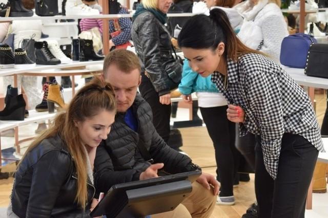 W sobotę, 14 października, o godz. 10.00 swoje podwoje otworzył nowy sklep. Marka eobuwie.pl weszła na zielonogórski rynek z pierwszym samodzielnym punktem sprzedaży. Od godzin porannych, przy przygotowaniach do otwarcia,  pracowało sporo osób. Doradcy klienta przygotowani byli na tłumne przybycie. Premierowy dzień cieszył się sporym zainteresowaniem odwiedzających.E-obuwie to znanan zielonogórska firma zajmująca się sprzedażą obuwia różnych marek przez internet.Zobacz nasz program informacyjny: