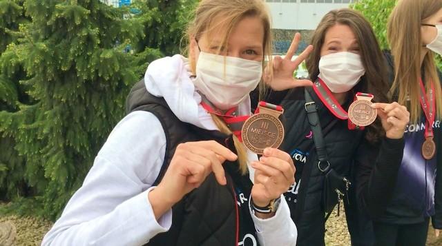 Siatkarki ŁKS-u Łódź prezentują brązowe medale za sezon 2019/20 w Lidze Siatkówki Kobiet.