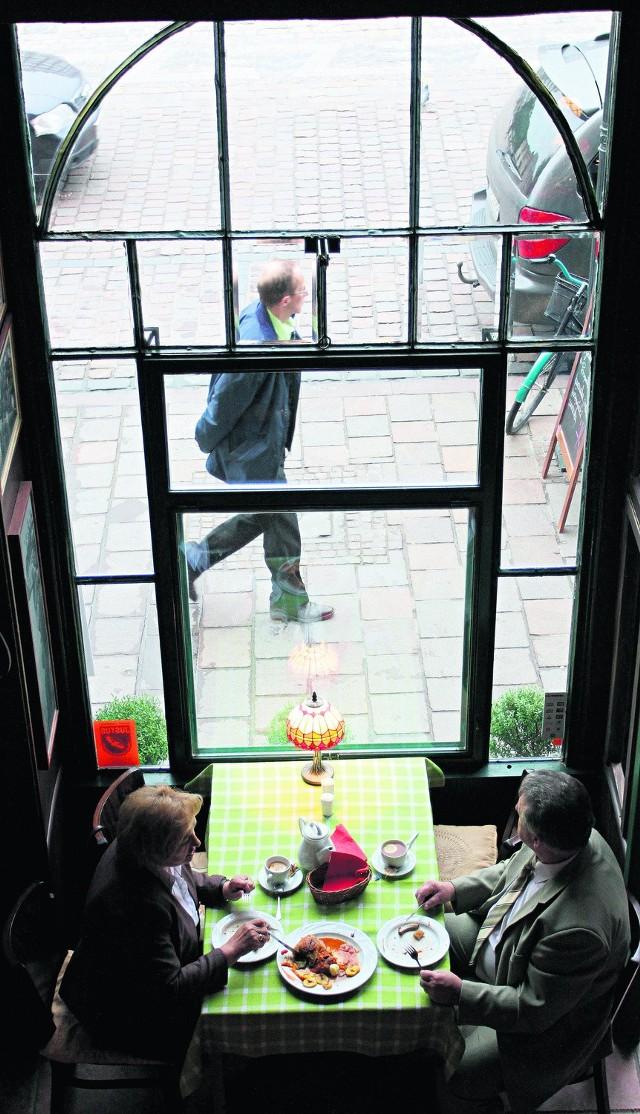 Restauratorzy z placu chcieliby już wystawić ogródki