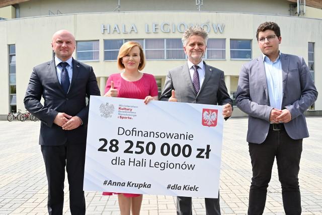 Od lewej: Rafał Nowak- wicewojewoda świętokrzyski; Anna Krupka - wiceminister sportu; Krzysztof Słoń - senator Prawa i Sprawiedliwości; Marcin Stępniewski - radny Prawa i Sprawiedliwości.