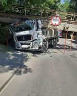 Po uderzeniu ciężarówki spadł wiadukt kolejowy przy hucie szkła. Droga powiatowa Sieraków - Kwilcz zablokowana