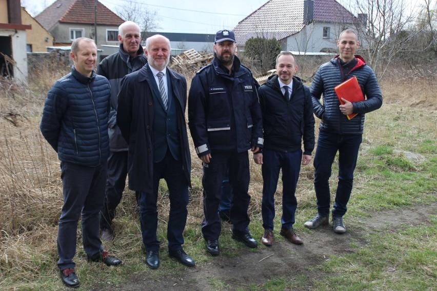 Na miejscu spotkali się przedstawiciele z Komendy Wojewódzkiej Policji w Opolu – inwestora, przedstawiciele firmy POLBAU, która wygrała przetarg, samorządowcy, którzy od lat wspierali ideę budowy nowego budynku KPP w Krapkowicach oraz I Zastępca Komendanta Powiatowego Policji w Krapkowicach podinspektor Przemysław Stankiewicz.
