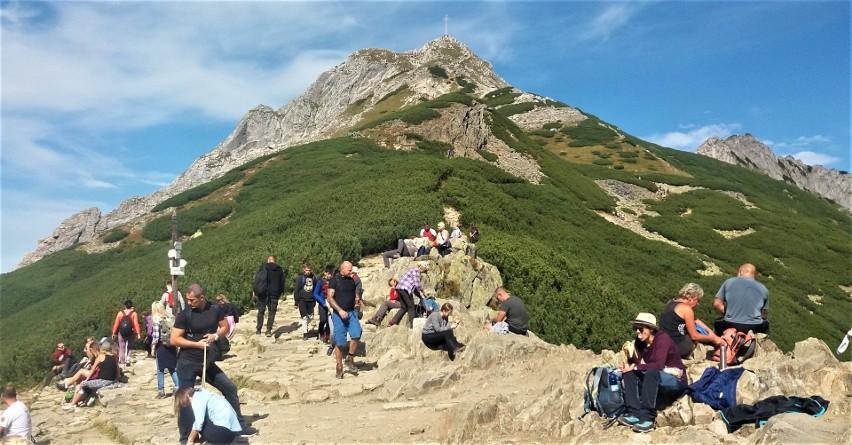 Kondracka Przełęcz (1725 m n.p.m.). Stąd na wierzchołek Giewontu możemy wejść w mniej niż pół godziny. W praktyce z reguły zajmie nam to znacznie więcej, ze względu na kolejkę turystów pod szczytem