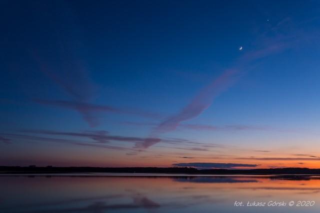 Jak pisze pan Łukasz, ubiegłego wieczora (26 kwietnia) obserwował Koniunkcję Młodego Księżyca (faza 12,2 %) z Wenus (faza 28,6 %). Oba ciała niebieskie znalazły się w odległości kątowej ok. 6,5 stopnia. Całości widowiska dopełniła wieczorna zorza po zachodzącym słońcu. Zdjęcia wykonane między godziną 20:55 - 21:33 w okolicach Chojnic.