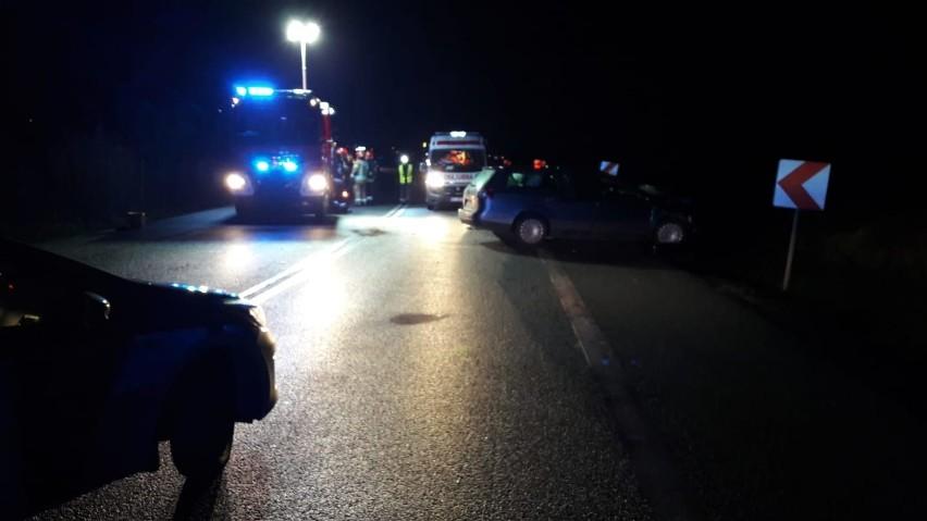 Śmiertelny wypadek, w którym zginęły dwie osoby, miał miejsce w niedzielę późnym popołudniem na ulicy Bitwy pod Kutnem (stanowi ona obwodnicę tego miasta). Doszło tam do zderzenia dwóch samochodów osobowych.Czytaj na kolejnych slajdach