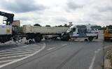 """Bus zderzył się z ciężarówką na skrzyżowaniu """"starej trójki"""" z ul. Warszawską w Sulechowie"""