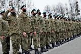 Opole. Prawie 100 osób stawiło się pod bramą 10. Opolskiej Brygady Logistycznej. Chcą zostać żołnierzami