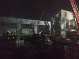 Pożar we wsi pod Sieradzem palą się butle z gazem, zbiorniki z paliwem, samochody i budynek