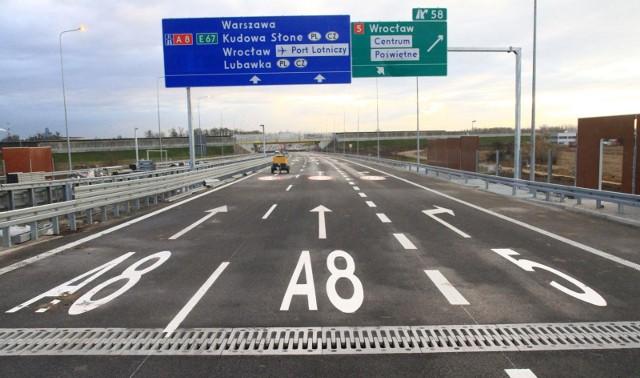 Wszystkie drogi prowadzą do Rzymu - mówi starożytne przysłowie. Na Dolnym Śląsku odwrotnie - wszystkie drogi omijają Wrocław, ale przecież o to chodzi, aby odkorkować stolicę województwa i połączyć region z północą kraju.Wbrew zapowiedziom nie udało się otworzyć dla kierowców odcinka drogi ekspresowej S5 pomiędzy Wrocławiem a Trzebnicą. Termin minął właśnie dzisiaj (piątek, 15 grudnia). Droga zgodnie z zapowiedziami Generalnej Dyrekcji Dróg Krajowych i Autostrad ma zostać oddana do użytku do końca roku. Na blisko 30-kilometrowym odcinku trwają właśnie odbiory.W sumie w województwie dolnośląskim droga S5 będzie miała 50 kilometrów. Na początku listopada drogowcy oddali do użytku 20-kilometrowy odcinek zaczynający się pod Żmigrodem, a kończący w Korzeńsku na granicy województw. Docelowo droga ekspresowa S5 będzie miała długość około 360 km i połączy AOW na węźle Wrocław Północ z autostradą A1 na węźle Nowe w okolicy Grudziądza.Wartość inwestycji to 1,8 mld zł, z czego 911 mln to środki unijne.
