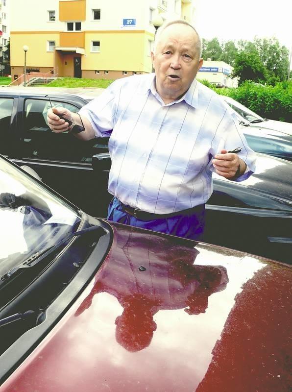 Albert Zajączkowski ma kłopoty z chodzeniem, dlatego chciałby parkować blisko swojego bloku.
