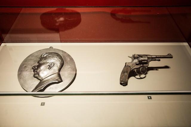 Rewolwer nagant – narzędzie sowieckich katów. - W latach trzydziestych XX wieku ten model broni był używany przez Sowietów do popełniania masowych mordów, w tym także na Polakach w ramach operacji (anty)polskiej NKWD z lat1937-1938, w której zamordowano ok. 200 tys. osób - mówi dr Marek Szymaniak.