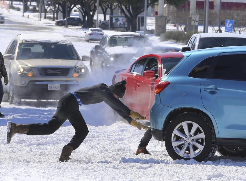 Zima w USA 2021: Najbardziej cierpi Teksas, dziesiątki osób nie żyje, ofiar może być więcej [ZDJĘCIA]