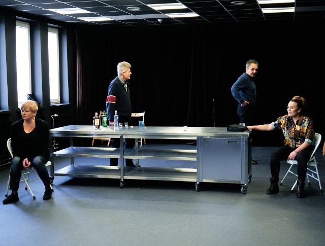 Aktorzy już przygotowują się do premiery. W próbach wirtualnie uczestniczy reżyser sztuki, Błażej Peszek.