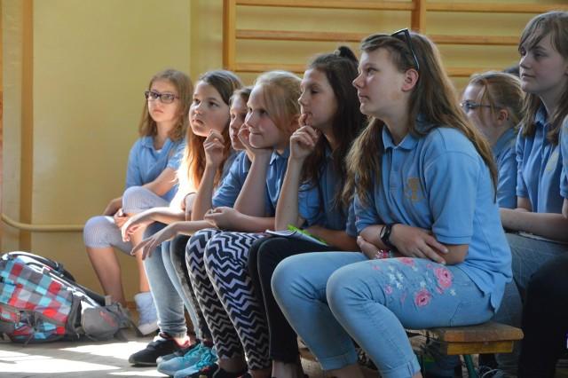 W Szkole Podstawowej nr 2 w Łowiczu w środę (9 maja) odbyło się spotkanie autorskie z Pawłem Wakułą, pisarzem książek dla dzieci, ilustratorem oraz rysownikiem prasowym