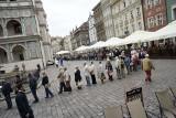 Gigantyczna kolejka na Starym Rynku. Prezydent rozdawał flagi [ZDJĘCIA]