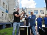 Łomża Vive Kielce oddała puchar za mistrzostwo Polski pracownikom szpitala wojewódzkiego w Kielcach [ZDJĘCIA]