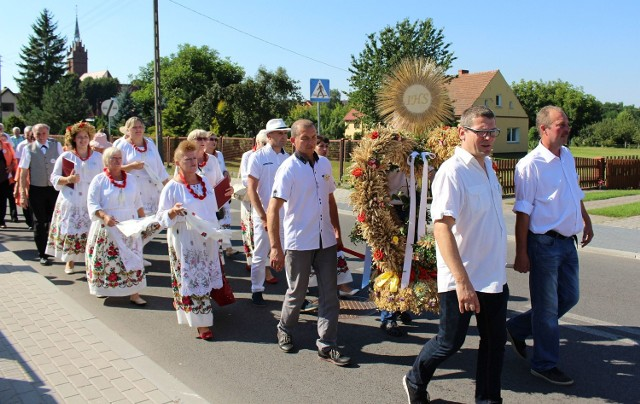 W sobotę korowód z dożynkowymi wieńcami przeszedł ulicami Bledzewa.