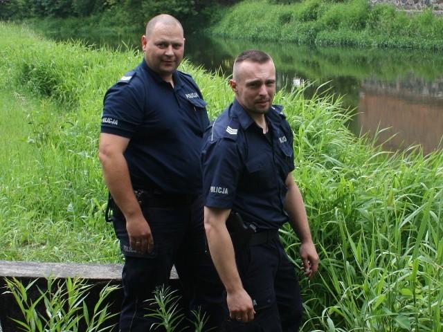 sierż. szt. Daniel Krzyżanowski oraz sierż. szt. Wojciech Silkowski uratowali tonącego mężczyznę