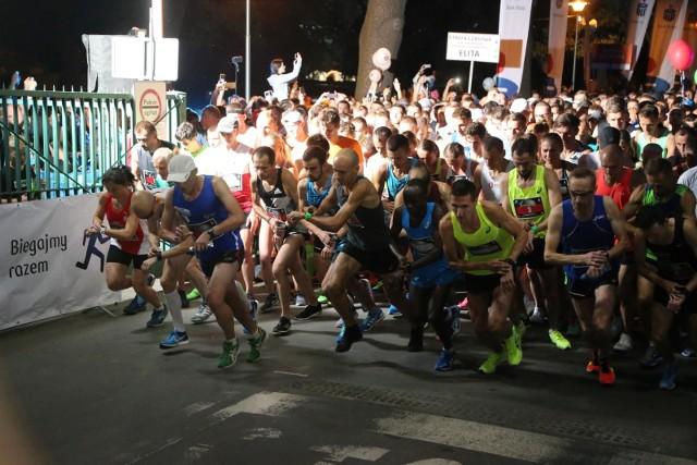 Start nocnego półmaratonu we Wrocławiu. Na razie biegacze są na finiszu rywalizacji o pakiety startowe